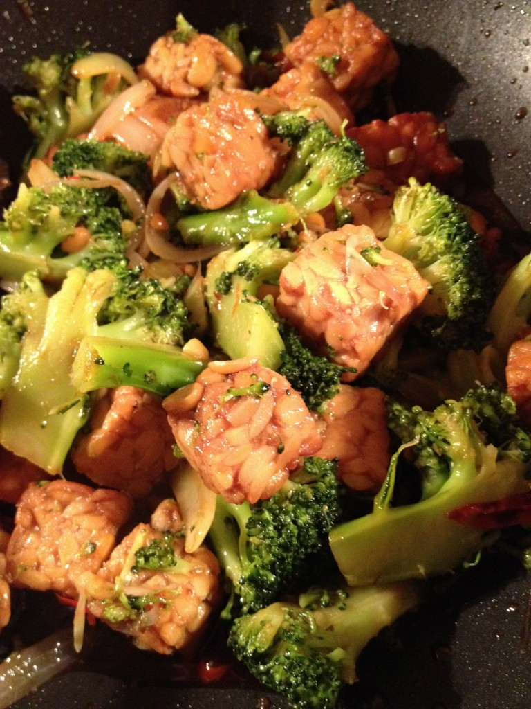 Stir-fried tempeh with broccoli, garlic and chilli